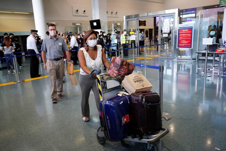 Den første utenlandske turisten ankommer Phuket flyplass denne uka, etter at Thailand åpnet opp for fullvaksinerte turister igjen til den populære øya, som en del av en kontrollert gjenåpning.
