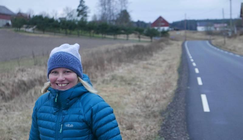 Gruppeleder Elin Tvete i Fredrikstad Sp ofret en mulig stortingsplass for å få mer tid med tvillingdøtrene hjemme på Onsøy-gården i bakgrunnen.