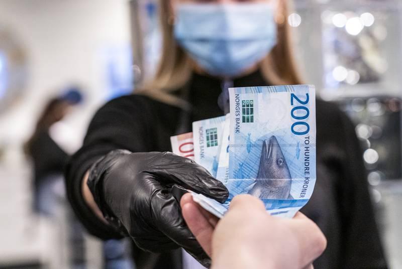 Det brukes fortsatt mye penger på koronatiltak i revidert nasjonalbudsjett, og indirekte påvirker dette også lommeboken til folk. Foto: Gorm Kallestad / NTB