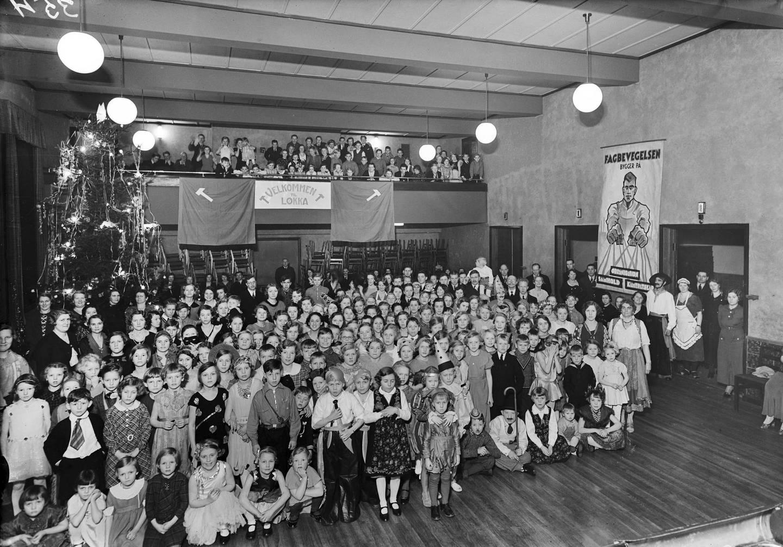 «Velkommen til Løkka». Juletrefest i Grünerløkka Folkets Hus i Schleppegrells gate 32 på 1930-tallet. Foto: Wilhelm Råger, Oslo Museum