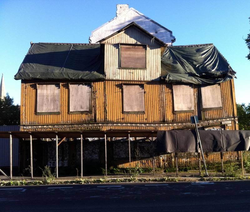 Trehusvillaen i Opplandgata 2 ble revet etter at eier Hans Martin Skoglund hadde latt villaen forfalle i årevis. Til slutt måtte kommunen gå med på riving, huset var kondemnabelt.
