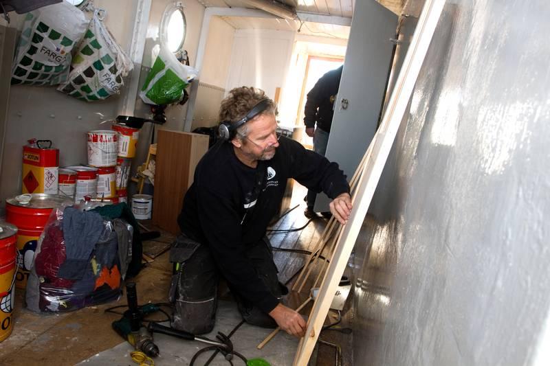 FAGFOLK FRA VEST: Morten Hesthammer, tidligere leder i Norsk Fartøyvernforening og til daglig båtbygger ved Hardanger Fartøyvernsenter, forbereder for dørmontering forut i M/B Hvalers overbygg.