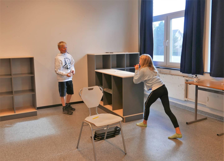 Jørgen (10) og Maja (9) øver har blåseøvelser, og prøver å blåse en papirball inn i mål