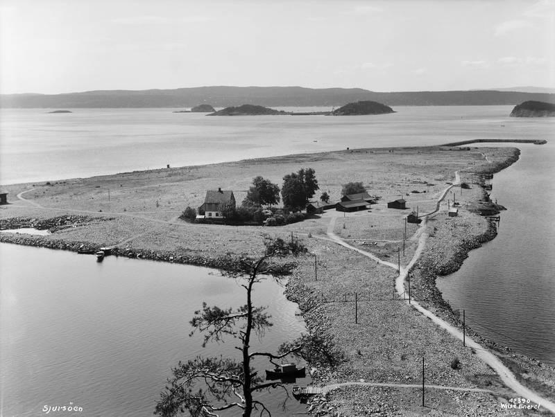 Sjursøya juni 1935, utplanet og klar til å bli en fullverdig del av Oslo havn. I bakgrunnen søppeløya Langøyene