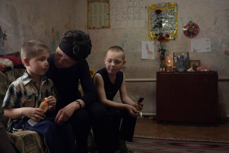 Alene med barn: Marina Zhulykov sitter igjen med to små gutter, Nazar (5) og Danil (8). De har ennå ikke helt forstått at faren er død.