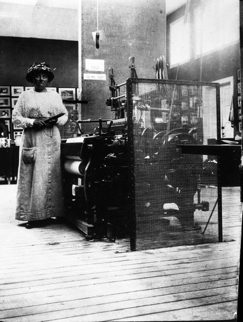 Betzy Kjeldsberg fotografert på arbeidervernavdelingen på Jubileumsutstillingen i 1914. I hånden holder hun en skyttel, mest sannsynlig et nytt og moderne alternativ til sugeskyttelen. FOTO: DIGITALT MUSEUM/TEKNISK MUSEUM