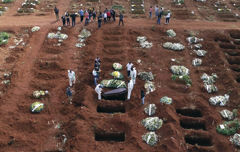 En person som døde av komplikasjoner relatert til covid-19 gravlegges i Sao Paulo i Brasil.