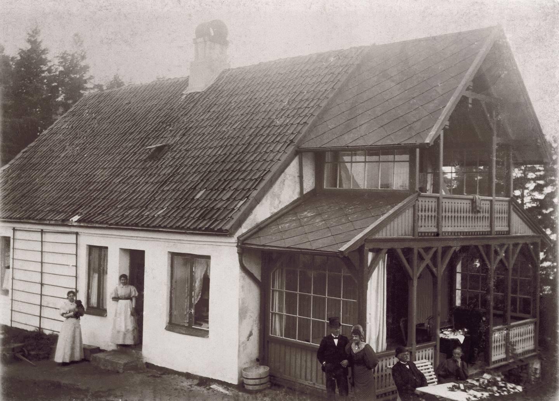 Atten hus var sommerhus på Langøyene da Kristiania kommune kjøpte øya i 1902. Fra 1921 ble disse brukt som kommunale boliger av Leiegårdskontoret. Barnrike, fattige familier ble plassert her. Et av husene var dette på Søndre Langøy.