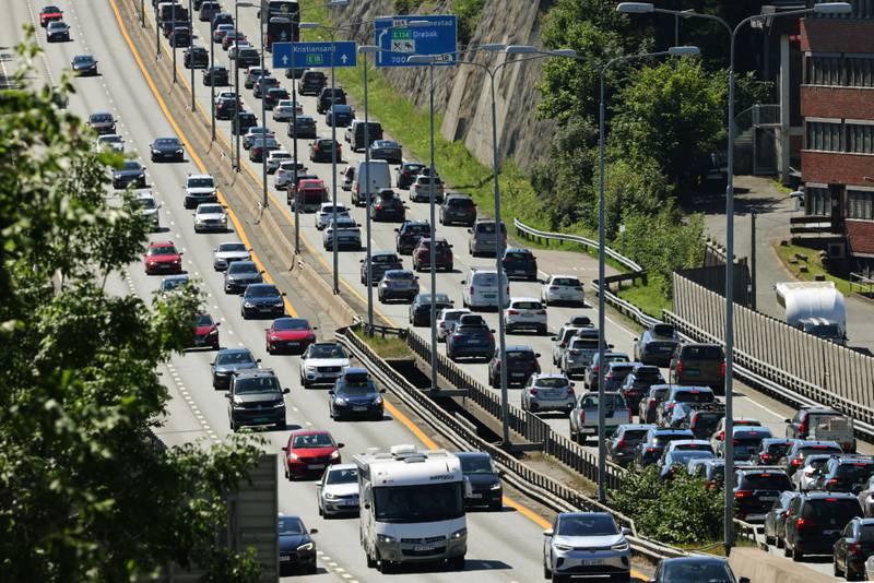 Den norske bilparken er i endring. Det har aldri blitt solgt færre bensin- og dieselbiler enn i juli i år. Foto: Ørn E. Borgen / NTB