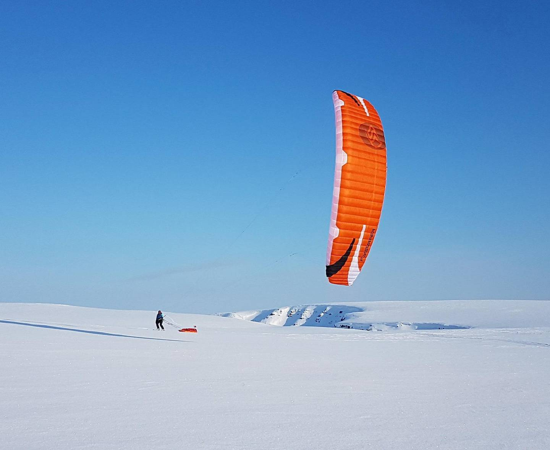 Dra på snøkiting-kurs på Varangerhalvøya ? også kjent som «snøkitingens Hawaii». Foto: KiteFinnmark/NTB