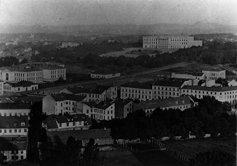 Utsikt fra Trefoldighetskirken mot Slottet viser bydelen der Frk. Fougners skrekkhjem for piker lå, slik den så ut på 1860-tallet. FOTO: Oslo Museum