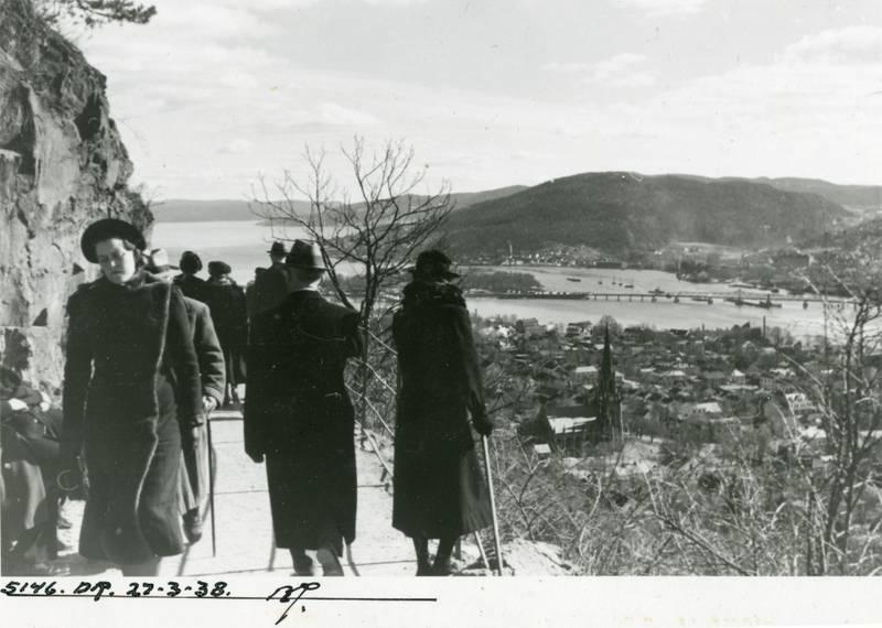 Turgåere på Thurmannsveien i Bragernesåsen (med utsikt mot bybrua og Holmen), våren 1938.