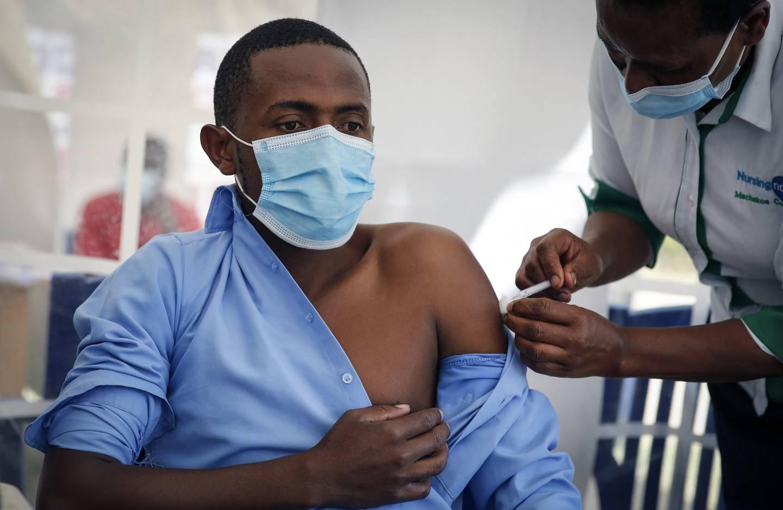 En helsearbeider får AstraZeneca-vaksinen i Kenya. Denne vaksinen er den som blir levert til flest land i verden, og har mange fordeler ved seg.