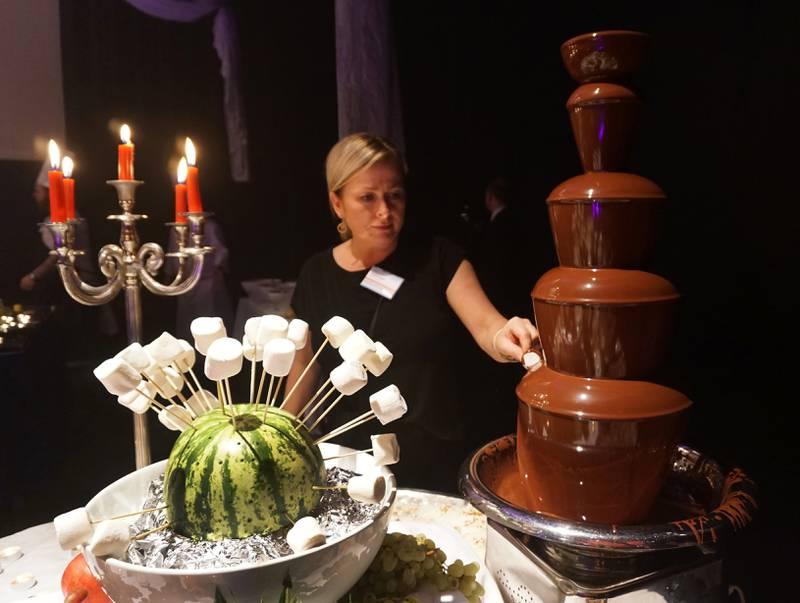 May-Britt Paulsen smaker på julebordets sjokoladefontene.
