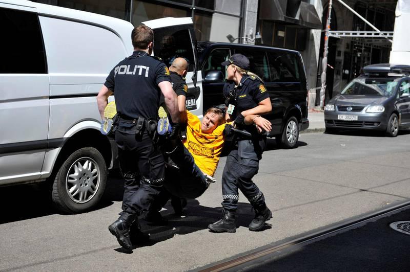 – Sivil ulydighet er det mest effektive virkemiddelet som finnes, sier Dag Kolstø. Her blir han pågrepet av politiet i Oslo, i forbindelse med én av de tre aksjonene som førte til at han tirsdag ble dømt i Oslo tingrett. FOTO: XR NORGE