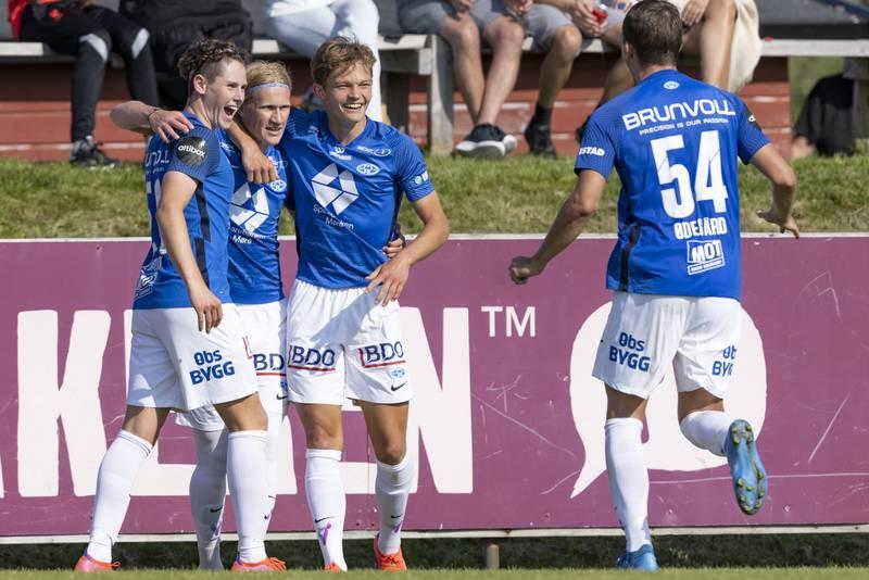 Moldes Albert Braut Tjåland gratuleres med 1-4-scoringen av Mathias Fjørtoft Løvik, Gustav Kjølstad Nyheim og Niklas Ødegård. Foto: Svein Ove Ekornesvåg / NTB