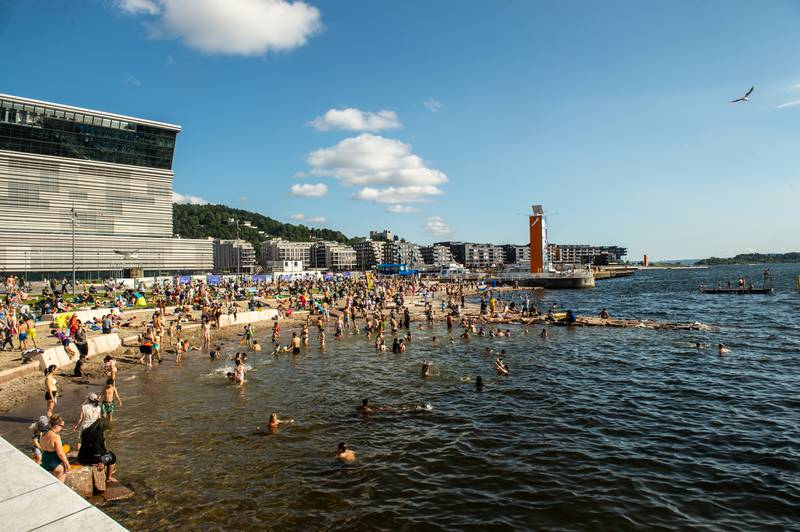 Bading er en fin hobby i varmen. Her fra den nye Operastranda i Oslo. Foto: Annika Byrde / NTB