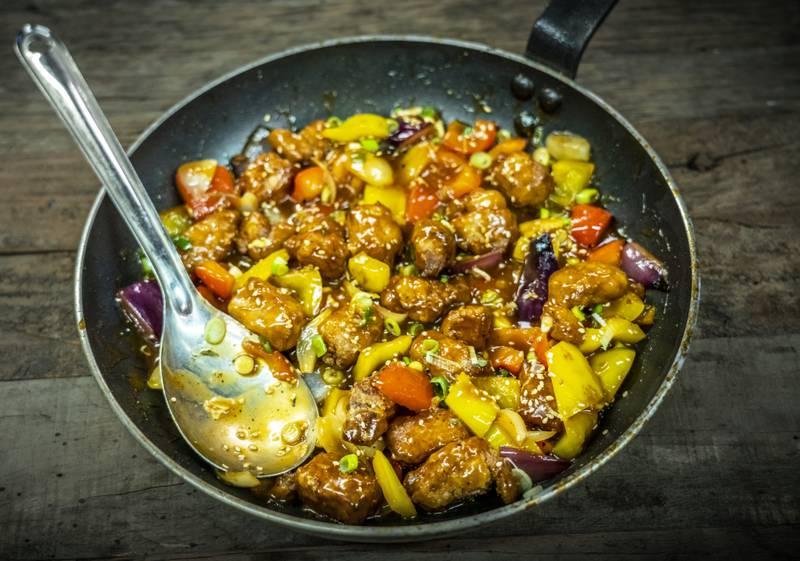 FRISTELSE: Fritert svinekjøtt i sursøt saus med grønnsaker krysser av i alle smaksboksene. Foto: Ole Berg-Rusten / NTB
