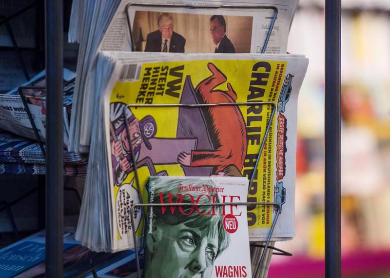 Et avisstativ i Stuttgart viser kopier av den første tyske utgaven i desember.