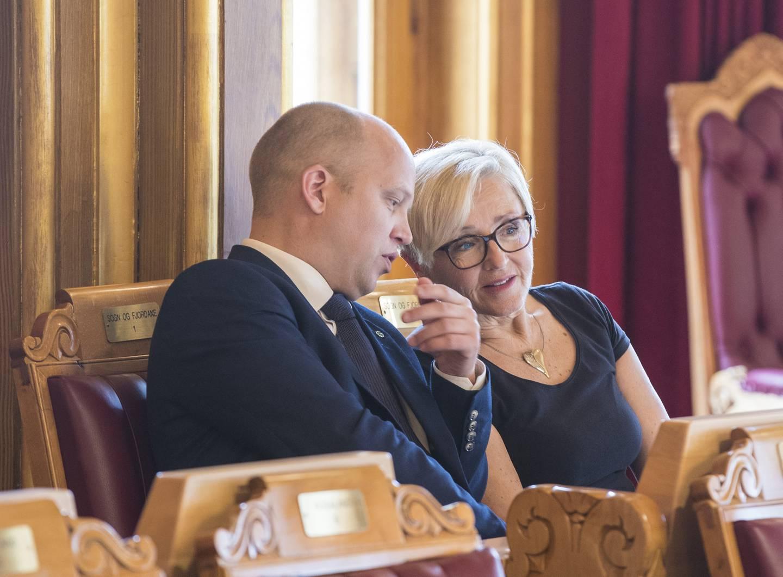 Liv Signe Navarsete har engasjert seg sterkt i forsvarspolitikken i en årrekke. Her er hun sammen med partileder Trygve Slagsvold Vedum.