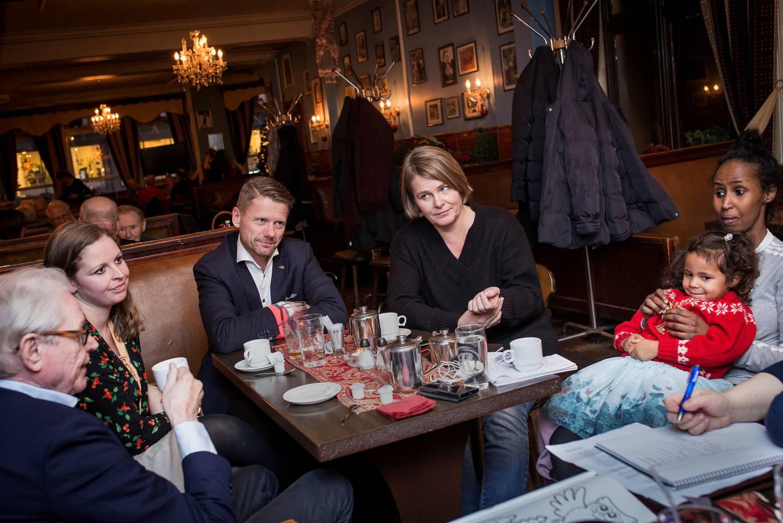 Dagavisens meningskorps, fra venstre: Arne Strand, Bente R. Gravklev, Kjetil Staalesen, Hege Ulstein og Kadra Yusuf med barn.