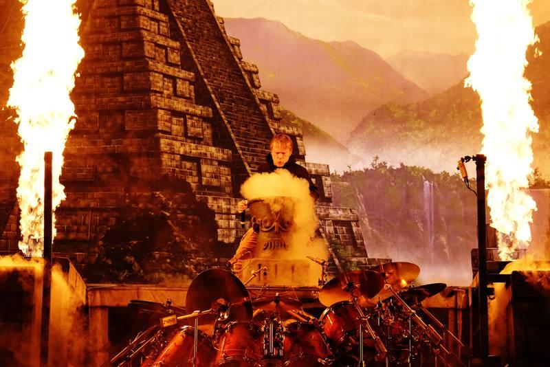 Det går hett for seg når Iron Maiden forener pyroteknikk med Maya-estetikk.