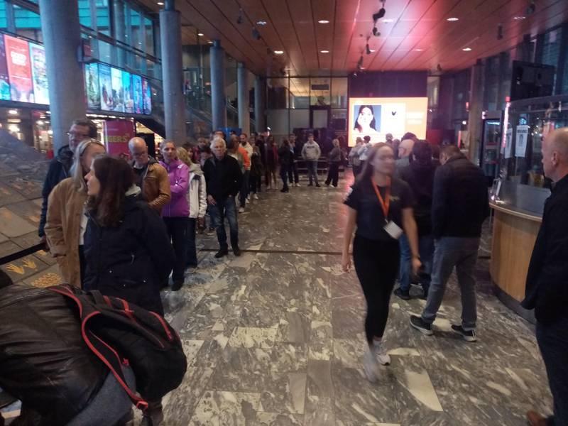 LANGE KØER: Velgere som ville stemme i siste liten måtte pent finne seg i å vente i kø i kinofoajeen på rådhuset da klokka nærmet seg åtte valgkvelden.