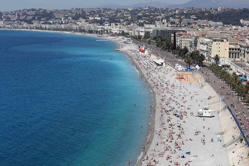 Strandpromenaden og stranden i Nice er et populært, og dyrt, sted å feriere.