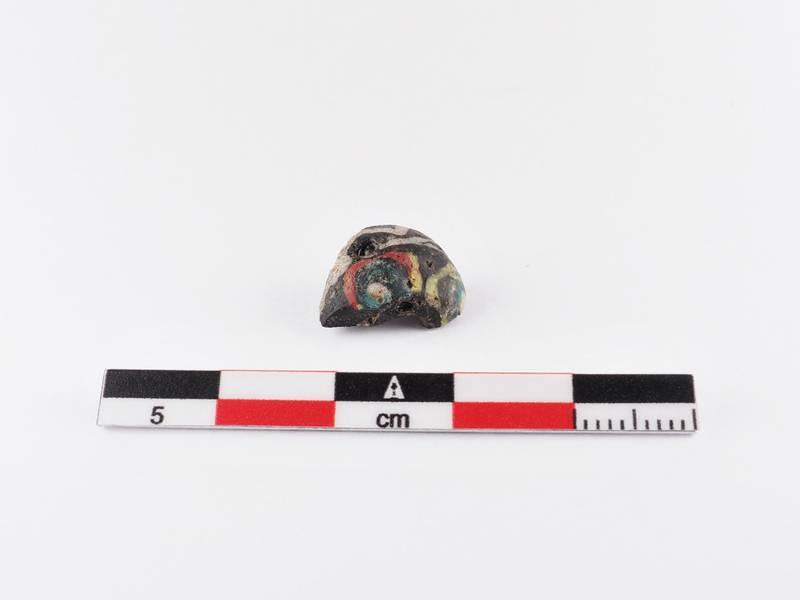 Glassperle funnet under sålding av matjord, 3. uken av 2020-utgravningen.