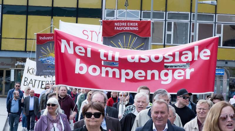 Oslo  20190501. Paroler i toget i Drammen 1 mai. Foto: Terje Pedersen / NTB scanpix