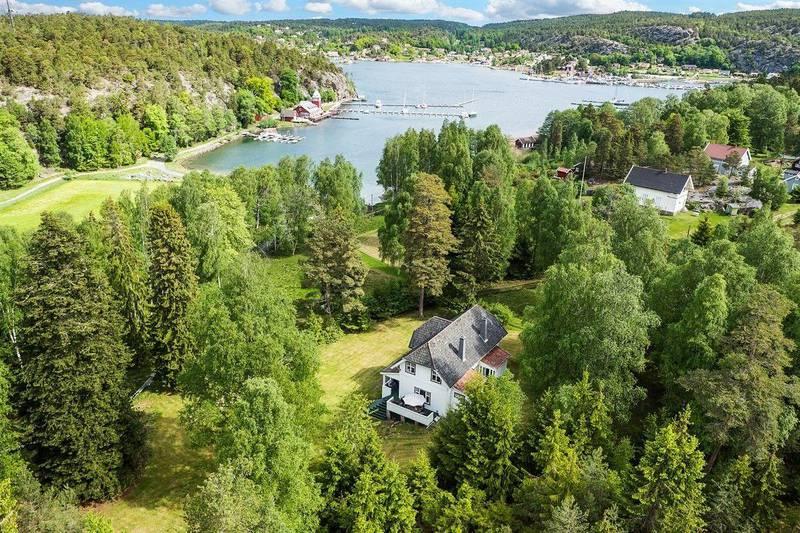 TIL SALGS FOR 14,5 MILLIONER: Denne eldre fritidsboligen sentralt på Hankø.