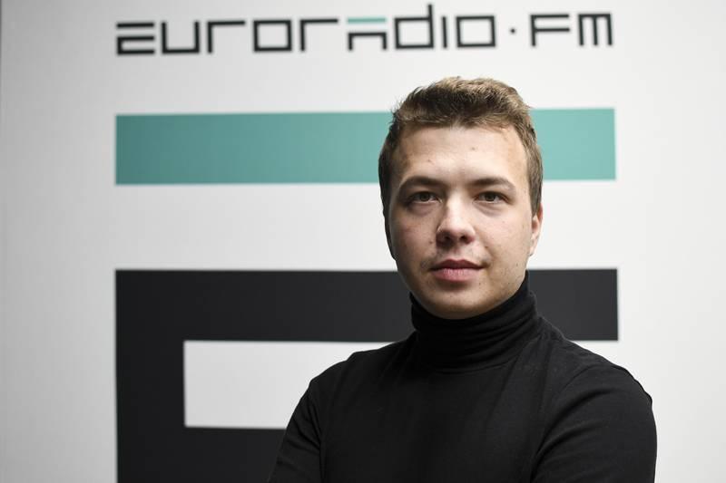 Den hviterussiske regimekritikeren Roman Protasevitsj risikerer en svært streng dom etter at flyet han satt i, ble tvunget til å lande i Minsk søndag. Foto: Euroradio via AP / NTB