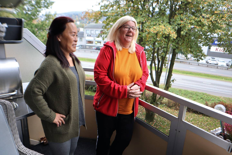 Anne Kristin Giæver (t. v.) og Grethe Beck prøver å holde humøret oppe selv om de syns det er uholdbart å bo midt i støyen.