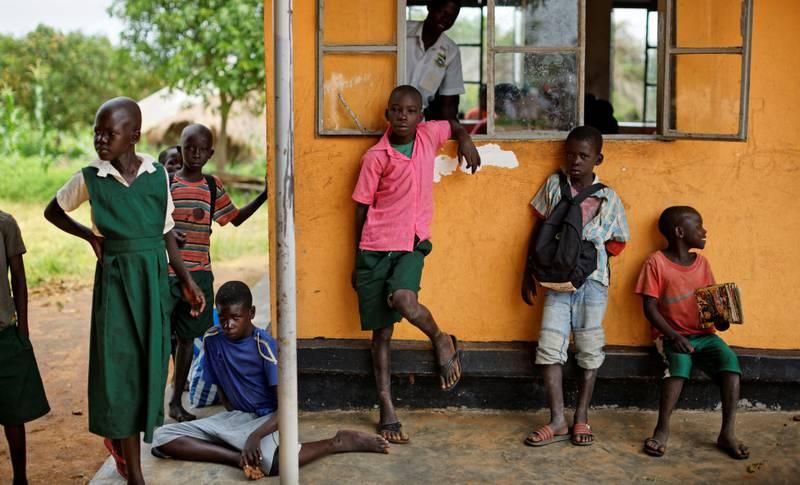 Nesten halvparten av barna som globalt ikke går på skole, mister skolegang på grunn av krig og konflikt. Sør-Sudan er ekstremt hardt rammet. Disse barna fra Sør-Sudan får undervisning på skole i flyktningleiren Bidi Bidi i Uganda.