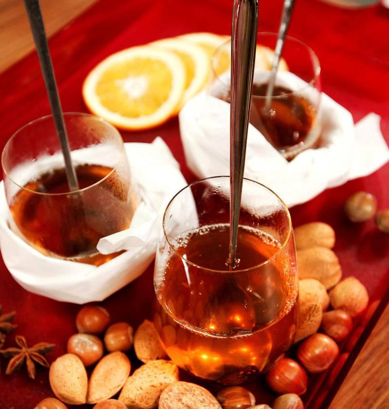 LYS GLØGG: Hvitvin kan være base for en god, krydret gløgg. Rosiner, nøtter eller mandler er vanlig i norsk og svensk tradisjon. FOTO: NTB SCANPIX
