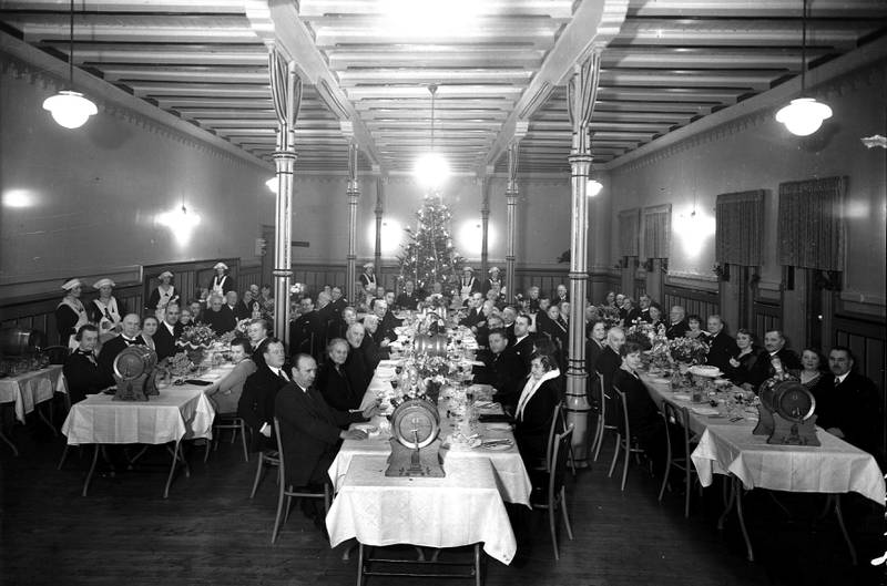 SPISESAL: Julebord cirka 1930. FOTO: CHRISTOFFER GADE RUDE/ OSLO MUSEUM