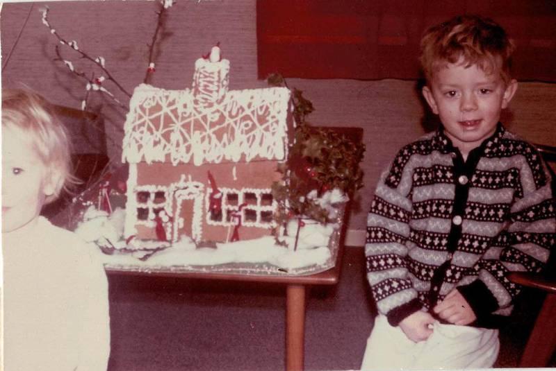 Jul i Halden: En fire år gammel Knut Nærum, sammen med søsteren Eldri (snart to år) i 1965.