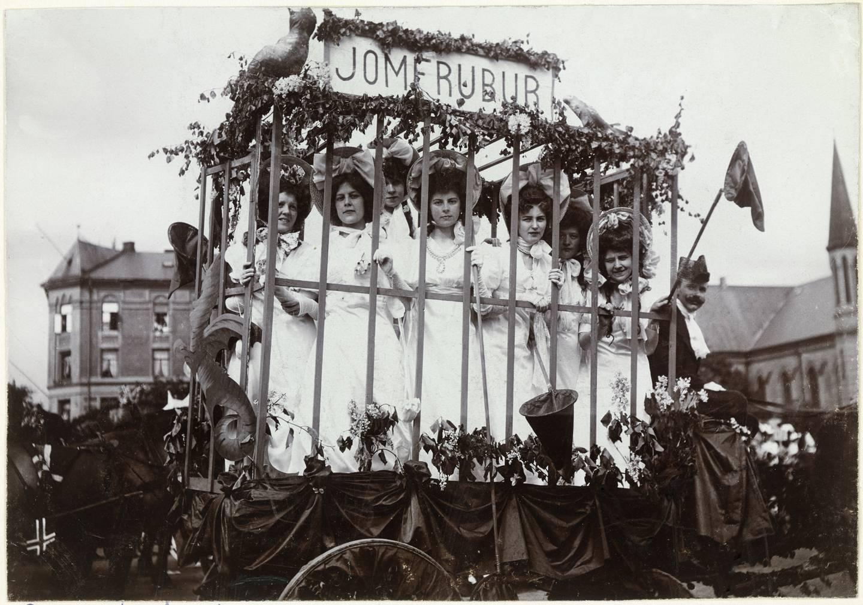 Kvinner i jomfrubur som del av karnevalsopptoget på Barnehjelpsopptoget 7. juni 1906.