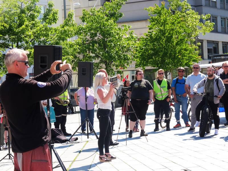 Anna Bråten og stadig mer opphissede tilhørere filmes og fotograferes av andre representanter for SIAN, mens hun holder opp en utgave av koranen og avslutter med å kaste den i bakken. FORO: KATRINE STRØM
