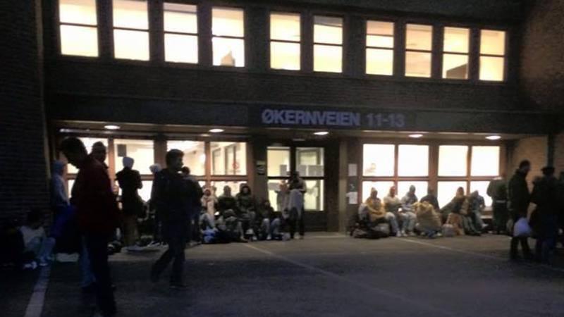 Om natta er det mørkt utefor PUs lokaler på Tøyen. Asylsøkerne sitter rett på asfalten. De er tynnkledde og prisgitt hjelpen fra frivillige. FOTO: MONA NESJE