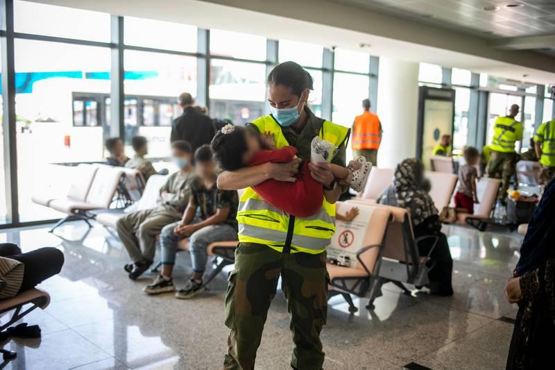 Sivile Afghanere blir evakuert ut av Kabul i Afghanistan