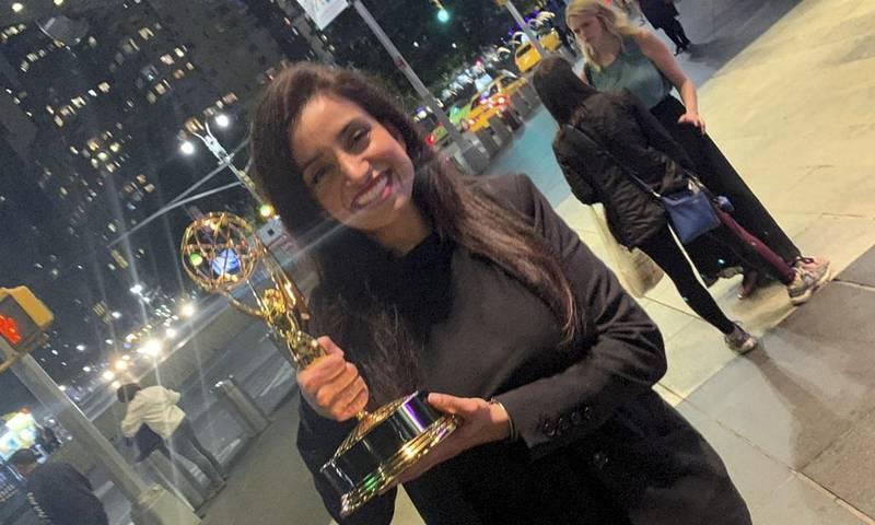 """Deeyah Khan stråler etter å ha vunnet sin andre internasjonale Emmy-pris for dokumentaren """"White Right: Meeting The Enemy"""". Foto: Fuuse Films / Twitter"""