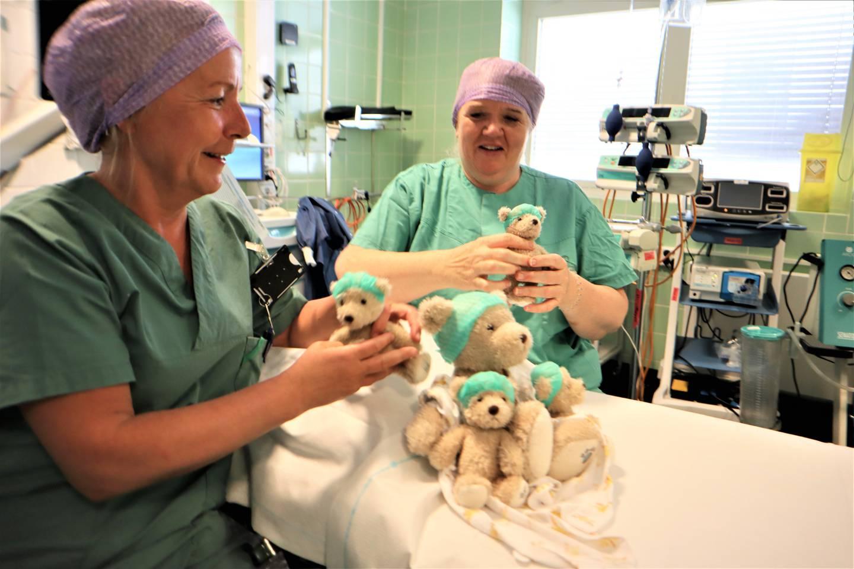 Mari- Anne Halvorsen er anestesisykepleier ved Drammen sykehus, her sammen med kollega Inger Mari Vinje. De ønsker nå gavmilde hjelpere som kan hjelpe dem med å trøste barna som skal i narkose.