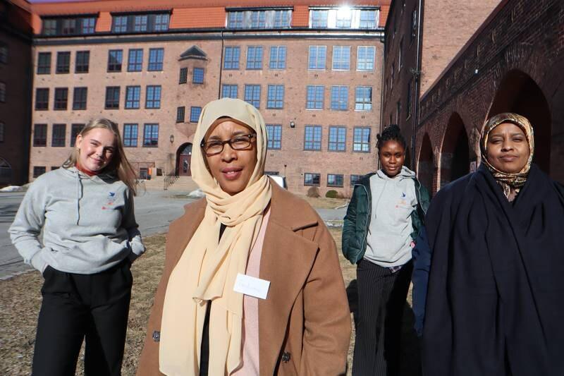 Prosjektet Helseambassadør som startet i Drammen skal nå utvides til andre mellomstore byer i Norge. Fra venstre assistent i Sanitetsforeningen Eldbjørg Langseth, helseambassadør Fadumo Abdi, prosjektmedarbeider i Drammen sanitetsforening Mariama Dafae og helseambassadør Sagal Sharif.