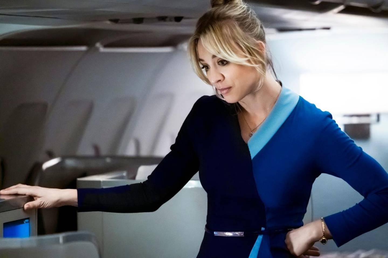 Kaley Cuoco havner i trøbbel i «The Flight Attendant».
