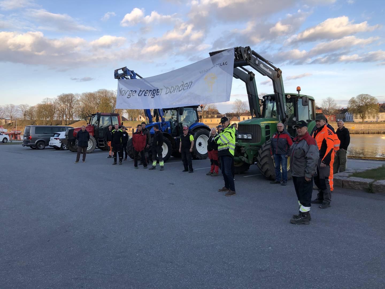 Et 30-talls gårdbrukere var sist uke samlet på Tollbodplassen for å vise sin misnøye med regjeringens tilbud i jordbruksoppgjøret.