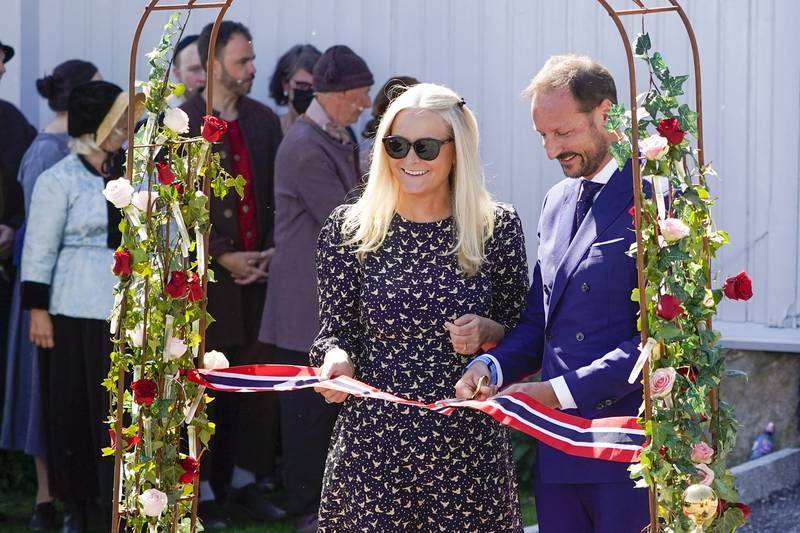 Kronprins Haakon og kronprinsesse Mette-Marit deltar torsdag på 250-årsjubileet for Hans Nielsen Hauges fødsel. Her klipper kronprinsparet snoren til besøkssenteret i Fredrikstad. Foto: Lise Åserud / NTB