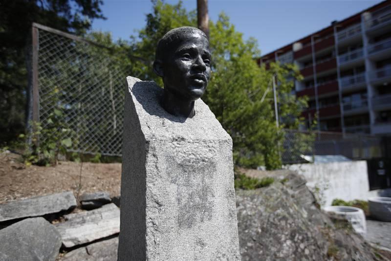 Bildet er av minnesmerket for Benjamin Hermansen. Det er en skulptur av hodet hans som står opp fra en steinblokk. Steinen er lysegrå. På framsiden er det et område i mørkere grått, hvor det var tagget støtte for høyre-eksremisme. «Breivik fikk rett» sto det. Foto: Beate Oma Dahle / NTB