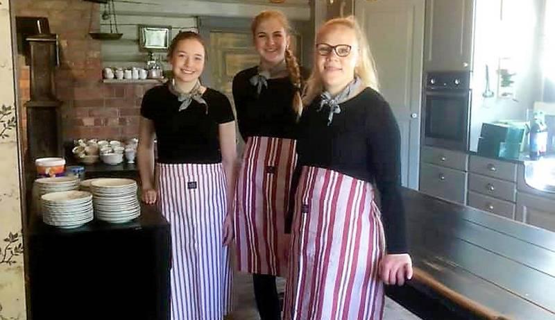 Kjøkkenhjelp: Unge sambygdinger har sommerjobb hos Madame Tveten og serverer hjemmelaget mat.