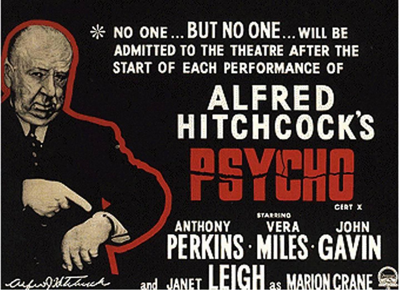 Alfred Hitchcock ber på denne gamle filmplakaten folk om å innfinne seg presis for visningen av hans mesterverk, Psycho. Han ville fredag 13. august ha fylt 100 år. foto: scanpix